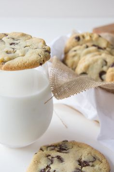 The best chocolate cookies! Blueberry Chocolate, Best Chocolate Chip Cookie, Chocolate Chip Cookies, Recipe In Grams, Biscuits, Meals For One, Brown Sugar, Glass Of Milk, Chips