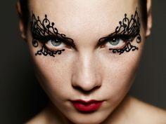 'Face Lace'   beauty artist Phyllis Cohen   os adesivos são feitos à mão com rendas e levam aplicação de cristais Swarovski.  aderem ao rosto feito tatuagem e podem ser reutilizados depois. Estão à venda na Harvey Nichols, a partir de R$ 45.