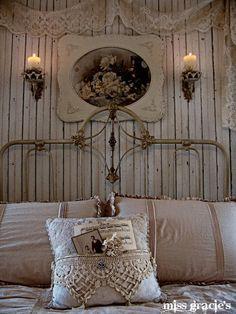 mettre des lambris autour du lit et de la dentelle