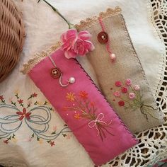 Cool idea for bookmark, glass case, oils pouch. Embroidery Purse, Types Of Embroidery, Silk Ribbon Embroidery, Embroidery Stitches, Machine Embroidery, Embroidery Designs, Sewing Art, Sewing Crafts, Sewing Patterns