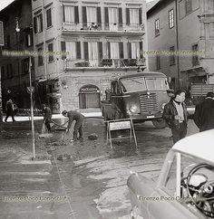 Alluvione di Firenze, 4 novembre 1966. Un angolo di piazza Santa Croce dopo l'alluvione.#ConosciFirenze.