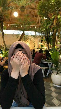 How to wear the maxi style with hijab. How to wear the maxi style with hijab. How to wear th Hijab Niqab, Mode Hijab, Hijabi Girl, Girl Hijab, Muslim Girls Photos, Niqab Fashion, Emo Fashion, Fashion Dresses, Hijab Stile