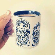 Taza con diseño matrioshka blanco y azul .  Matrioshka cup
