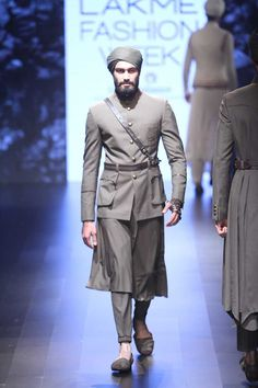 A Spanish inspired collection, the outfits included ruffles, frills, bolero jackets, and capes. Showstopper Malaika Arora-Khan looked amazi. Fashion Week 2016, Mens Fashion Week, Lakme Fashion Week, Men's Fashion, Indian Fashion Online, Indian Men Fashion, Wedding Dresses Men Indian, Wedding Dress Men, Mens Traditional Wear