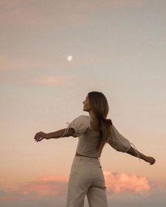 Summer Aesthetic, Aesthetic Photo, White Aesthetic, Aesthetic Fashion, Aesthetic Girl, Shotting Photo, Full Moon Ritual, Photographie Portrait Inspiration, Instagram Pose
