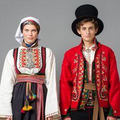 Øst-Telemark Raudtrøyebunad og Øst Telemark herre fra 1750 - bunads from Norway Norwegian Vikings, Norwegian Style, Folk Clothing, Scandinavian Folk Art, Folk Costume, 1940s Fashion, Traditional Dresses, Ukraine, Folklore