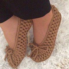 No photo description available. Crochet Bolero Pattern, Crochet Slipper Pattern, Crochet Ripple, Crochet Slippers, Diy Crafts Crochet, Crochet Bows, Basic Embroidery Stitches, Crochet Stitches, Crochet Toddler