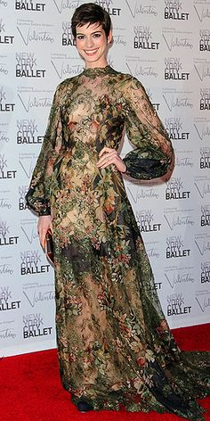 Anne Hathaway in floral Valentino dress at the NYC Ballet fall gala. Such a beautiful girl in such a hideous dress! Anne Hathaway Photos, Fashion Fail, Women's Fashion, Valentino Dress, Actrices Hollywood, Zooey Deschanel, Night Looks, Red Carpet Fashion, All About Fashion