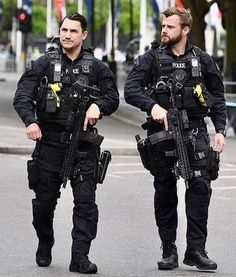 Military Gear, Military Police, Military Fashion, Mens Fashion, Swat Police, Police Uniforms, Police Officer, Police Tactical Gear, Tactical Wear