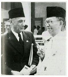 Dr. Setiabudi (F.E. Douwes Dekker/kiri photo) bertemu dengan ki Hajar Dewantoro (kanan photo) pada saat sidang KNIP di Malang 1947.