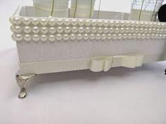 Kit lavabo luxo - Bandeja de MDF forrada de tecido off white com aplicação de pérolas. Acompanha 1 sabonete líquido, um hidratante ...