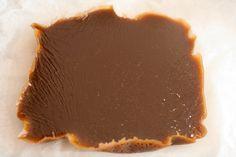 Mørke fløtekarameller helt uten meieriprodukter. Vegansk karamell er kjempegodt, og du lager det selv på en liten time. Til denne oppskriften trenger du et sukkertermometer, som de selger i godt u...