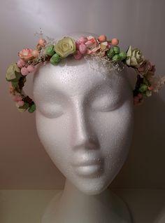 Modelo Ainhoa en rosa  #diadema #corona #tocado #evento #boda #comunion #novia #invitada #flores #moda #diademadeflores #coronadeflores #complementos #peinado #artesania #manualidades #lamoradadenoa