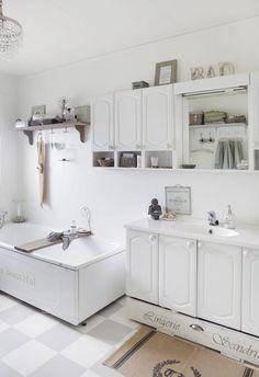 ENKLE GREP: Er badet ditt modent for oppussing, men du selv ikke klar ennå, skal det ofte ikke mye til å løfte til et akseptabelt nivå.Her har eieren malt gulvet i ruter, noe som får hele rommet til å framstå som moderne og fresht, selv om møblene er fra 80-tallet. Litt pynt og en lysekrone understreker stilen.