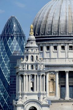 La cathédrale Saint-Paul, avec le bâtiment en forme de cornichon derrière, à Londres en Angleterre...