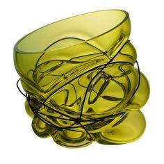 Spécialiste du verre soufflé, Vanessa Mitrani explore le matériau et le savoir faire, aux frontières de l'artisanat et du design. Contraignant le verre en fusion par des pièces de métal, elle donne naissance à des pièces uniques aux formes complexes et organiques.