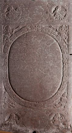 """Mygdal kirke: Gravsten i kor · Claus Svendsen Bønsdorf, der var forpagter på """"Odden"""", døde i 1727. Stenen har tidligere ligget i midtergangen, hvorfor den er meget slidt. En del af inskriptionen lyder:  Forstyr dog ej vort Gjemested Fordi vi ere døde Men lad os hvile her i Fred Indtil vi Jesus møde."""