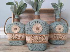 Whiskey Bottle Crafts, Wine Bottle Vases, Glass Bottle Crafts, Diy Bottle, Bottle Art, Paint Wine Bottles, Crafts With Wine Bottles, Decorating Wine Bottles, Liquor Bottles