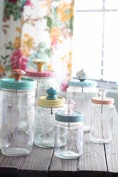 Peindre des couvercles de pots Masson et y ajouter des poignées vintage. Joli pour ranger billes, jouets, etc.