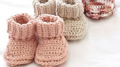 Babyschuhe häkeln Anleitung und 23 reizende Häkelmuster Crochet baby shoes is one of the most popular DIY activities for the mother and one of the most charming handmade patterns. Beau Crochet, Stitch Crochet, Crochet Motifs, Crochet Baby Shoes, Free Crochet, Knitting Websites, Knitting Blogs, Baby Knitting, Knitting Patterns