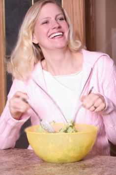 Women laughing alone with salad funny salad, women laughing, woman smile, old women Funny Salad, Diet Motivation Funny, Women Laughing, Diet Plans To Lose Weight Fast, Woman Smile, Image Healthy Food, No Calorie Snacks, Health Eating, Health Magazine