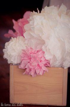 Ponpon rosa e bianchi per allestimento battesimo di Carlotta idee