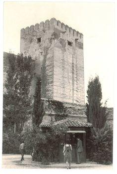 Quiosco de la plaza de Los Aljibes de la Alhambra. Torres Molina/Archivo de Ideal Granada, Alhambra Spain, Islamic Architecture, Andalusia, Mount Rushmore, Mountains, Nature, Plaza, Travel