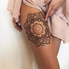 tattoo am oberschenkel, mandala, weibliche motive, bein tattoo fuer frauen