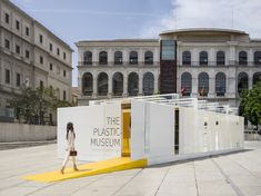 An ephemeral museum located in the Square contiguous to the Reina Sofia National Museum, totally prefabricated in plastic for two weeks, assembled on-site in just 2 days and 100% recycled 10 days after its inauguration.
