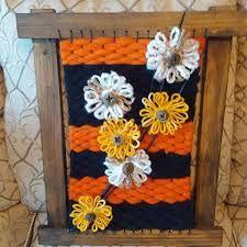 Resultado de imagen para telar decorativo con flores Textiles, Lana, Macrame, Weaving, Rose, Blog, Ornaments, Fabrics, Wood