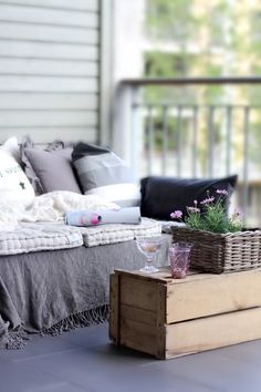DIY: Sofa from pallets? Who doesn't like some garden innovation? Outdoor Beds, Diy Outdoor Furniture, Pallet Furniture, Outdoor Living, Outdoor Spaces, Outdoor Pallet, Outdoor Seating, Pallet Seating, Garden Pallet