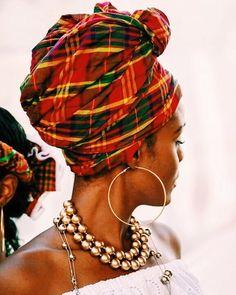 Cette coiffe traditionnelle est un des emblèmes de #MaisonLaMauny avec sa légendaire tête marée aux couleurs chaleureuses et sensuelles .. Une jolie façon de rendre hommage aujourd'hui à toutes les femmes de Martinique et d'ailleurs © Felix Augustine