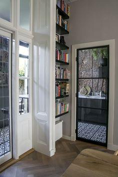 Inspiratie - GewoonGers Aluminium Deur, Bookcase, New Homes, Corner, Shelves, Home Decor, Shelving, Decoration Home, Room Decor