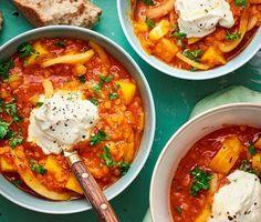 En traditionell linsgryta från Baskien med smak av saffran, timjan och fänkål. Låt grytan puttra tills smakerna gift sig och servera i djupa skålar med en klick smetana och en bit varm baguette.