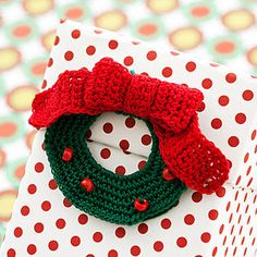 Crochet wreath package topper - watch out - the site has crappy autoplay music on it.