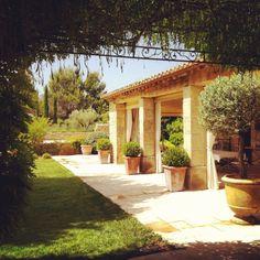 Bosc Architectes Saint Remy de Provence Mas et Bastides Eygalieres patio provencal terrasse couverte jardin garden provencal garden michel semini
