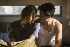 cole sprouse and lili reinhart Riverdale Riverdale Season 2, Bughead Riverdale, Riverdale Archie, Riverdale Memes, Betty Cooper Riverdale, Riverdale Betty And Jughead, Zack Y Cody, Lili Reinhart And Cole Sprouse, Tv Series 2017