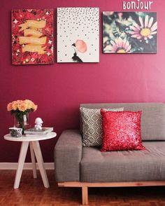 """""""Bonjour!!! Cor linda de fundo deixando o ambiente mais vivo ❤️❤️ www.diycore.com.br #sofa #quadros #estampa #amor #arte #arquitetura #blog #cor #casa…"""""""