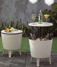 Combina mesa y bar en el mismo mueble. Se llama Cool Bar y es una mesa de centro o auxiliar con una tapa superior que, al elevarse, deja al descubierto una amplia base donde se pueden colocar botellas con hielo a modo de cubitera gigante | Modelo de Keter.-