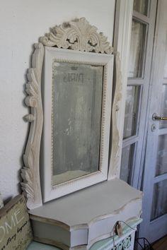 Pigtitare: Gammelt spejl - malet med Old White  og vokset med lys over det hele og pyntet med mørk voks ved udskæringerne og klar til nyt liv.