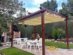 Pérgola de aluminio lacado en RAL marrón con acabados en pecho paloma, instalada en jardín de Boadilla del Monte.