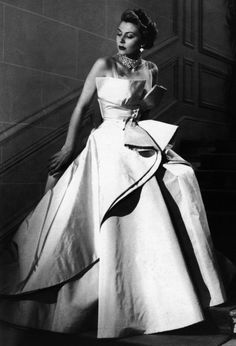 STORY: 1940 – 1950 Christian Dior, details to recreate. Ask your seamstress for suggestions.Christian Dior, details to recreate. Ask your seamstress for suggestions. Glamour Vintage, Vintage Dior, Vintage Gowns, Vintage Couture, Vintage Mode, Vintage Clothing, Vintage Outfits, Dress Vintage, Vintage Hats