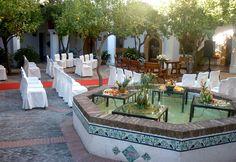 #Parador de #Guadalupe Ceremonia civil en un precioso patio con fuente decorativa. #Bodas con #Encanto