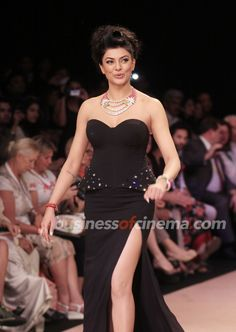 Sushmita Sen Walks The Ramp: Day 4 - IIJW 2012