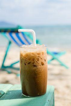 selber gemachter Eiskaffee kostet viel weniger als in der Eisdiele. Im Winter macht man den Eiskaffee halt selber im warmen Heim. #omas1eurorezepte #eiskaffee #eiskaffeeliebe #eiskaffeeschlürfen #eiskaffeetrudi #kaffee #kaffeeliebe #getränke #kaltegetränke Kiwi Smoothie, Smoothies, Pudding, Winter, Desserts, Food, Iced Coffee, Whipped Cream, Ice Cream Parlor