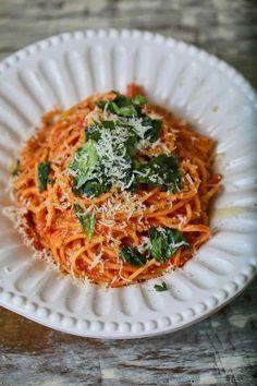 A legkrémesebb paradicsomos spagetti Sushi Recipes, Pizza Recipes, Spagetti Recipe, Food Tech, Reception Food, Weekday Meals, Vegan Pasta, Cheap Meals, Noodles