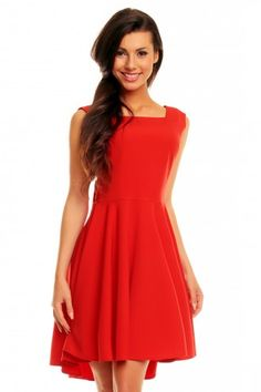 Piękna czerwona sukienka z odkrytymi plecami