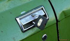 Центральный замок в современных автомобилях оснащен функцией автоматического запирания дверей во время движения. Однако некоторые автолюбители не спешат ее активизировать, опасаясь во время аварии оказаться в автомобиле с заблокированным выходом. Насколько правильно они делают, не блокируя свои двери в автомобиле при движении?   По статистике, в горящей или тонущей машине, когда для спасения человека важна каждая секунда, заблокированные двери в автомобиле превращаются в реальную опасность…