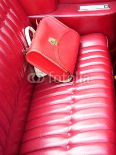 Roter  Schulranzen und weiße Handtasche auf dem Rücksitz eines Convertible der Siebzigerjahre bei den Golden Oldies in Wettenberg Krofdorf-Gleiberg bei Gießen