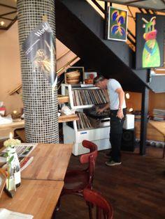 En LP-afspiller og L-PLader det er sgu en trend der kommer tilbage, stemningen høre til inde på restauranten -Brød og Co. Denne herre på billedet: synes det er hyggeligt at kunne vælge musik fra hans tid :)